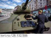 Купить «Военнослужащие готовят танк Т-34 периода Великой Отечественной войны перед началом военного парада в ознаменование 70-летия Победы в Великой Отечественной войне 1941-1945 годов по Красной площади города Москвы, Россия, 9 мая 2015», фото № 28132506, снято 9 мая 2015 г. (c) Николай Винокуров / Фотобанк Лори
