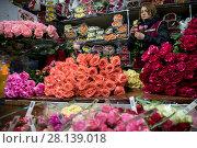 Купить «Женщина продает букеты весенних тюпанов на цветочном рынке в канун празднования Международного женского дня 8 Марта в городе Москве, Россия», фото № 28139018, снято 7 марта 2018 г. (c) Николай Винокуров / Фотобанк Лори