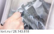 Купить «Нанесение белой краски при помощи аэрографа на картину, крупный план», видеоролик № 28143818, снято 4 марта 2018 г. (c) Кекяляйнен Андрей / Фотобанк Лори