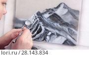Купить «Женщина рисует горы аэрографом», видеоролик № 28143834, снято 4 марта 2018 г. (c) Кекяляйнен Андрей / Фотобанк Лори