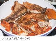 Купить «Жареный язь в сковороде», фото № 28144670, снято 29 ноября 2015 г. (c) Алёшина Оксана / Фотобанк Лори