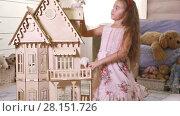 Купить «Pretty clever girl play with doll-house at home», видеоролик № 28151726, снято 4 февраля 2017 г. (c) Алексей Кузнецов / Фотобанк Лори