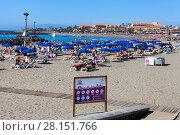 Информационный щит с правилами на городском пляже Playa de Las Vistas в городе Los Cristianos. Атлантический океан, остров Тенерифе, Канары, Испания (2016 год). Редакционное фото, фотограф Кекяляйнен Андрей / Фотобанк Лори
