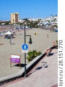 Пешеходная зона и пляж Playa de Las Vistas в городе Los Cristianos. Атлантический океан, остров Тенерифе, Канары, Испания (2016 год). Редакционное фото, фотограф Кекяляйнен Андрей / Фотобанк Лори