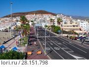 Широкая улица Calle el Espigon ведет к порту Puerto Cristianos и пляжу Playa de Las Vistas. Лос Кристианос. Остров Тенерифе, Канары, Испания (2016 год). Редакционное фото, фотограф Кекяляйнен Андрей / Фотобанк Лори