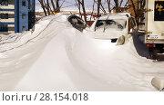 Сугроб с машинами (2018 год). Редакционное фото, фотограф Сергей Гусаров / Фотобанк Лори
