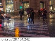Купить «Люди переходят улицу под проливным дождем. Париж, бульвар Осман, декабрьский вечер», фото № 28154242, снято 10 декабря 2017 г. (c) Сергей Рыбин / Фотобанк Лори