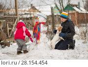 Купить «Children mold Snowman», фото № 28154454, снято 27 февраля 2018 г. (c) Типляшина Евгения / Фотобанк Лори