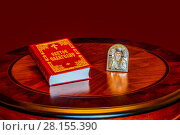 Купить «Святое Евангелие и икона Николая Чудотворца на столе», фото № 28155390, снято 22 марта 2019 г. (c) Устенко Владимир Александрович / Фотобанк Лори