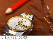 Купить «Мужские наручные часы лежат на столе», эксклюзивное фото № 28156034, снято 12 марта 2018 г. (c) Юрий Морозов / Фотобанк Лори