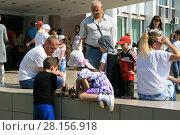 Купить «Дети и взрослые играют в шахматы на улице», фото № 28156918, снято 28 мая 2016 г. (c) Игорь Мошкин / Фотобанк Лори