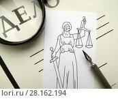 Судебный процесс. Правосудие. Папка с надписью «Дело №», лупа, перо и нарисованная богиня правосудия Фемида. Стоковое фото, фотограф ViktoriiaMur / Фотобанк Лори