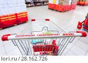 Купить «Shopping cart family hypermarket Magnet. Russia's largest retailer», фото № 28162726, снято 3 сентября 2017 г. (c) FotograFF / Фотобанк Лори