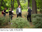RUSSIA, MOSCOW - 30 JUL, 2015: Actor Alexander Nevsky with assistant are standing in the Sokolniki park at shooting movie (Maximum shock) Редакционное фото, фотограф Losevsky Pavel / Фотобанк Лори