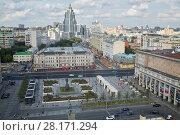Купить «MOSCOW, RUSSIA - JUL 7, 2016: The intersection of Tverskaya Street and Garden Ring near  Triumfalnaya Square (former Mayakovsky). The monument to Vladimir Mayakovsky was established in 1958.», фото № 28171294, снято 7 июля 2016 г. (c) Losevsky Pavel / Фотобанк Лори