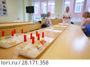 Test tubes with solutions in containers on table and three women speak out of focus in room. Стоковое фото, фотограф Losevsky Pavel / Фотобанк Лори