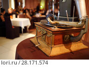 Купить «Old gramophone and people in restaurant, focus on gramophone, translation of text - gramophone factory RSFSR», фото № 28171574, снято 16 апреля 2016 г. (c) Losevsky Pavel / Фотобанк Лори