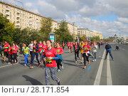 Купить «MOSCOW - SEP 25, 2016: Participants in red at Promsvyazbank Moscow marathon amateurs and professionals, athletes from Russia and other countries again ran 42.2 km on central streets and quays of Moscow», фото № 28171854, снято 25 сентября 2016 г. (c) Losevsky Pavel / Фотобанк Лори