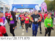 Купить «MOSCOW - SEP 25, 2016: Runners at Promsvyazbank Moscow marathon amateurs and professionals, athletes from Russia and other countries again ran 42.2 km on central streets and quays of Moscow», фото № 28171870, снято 25 сентября 2016 г. (c) Losevsky Pavel / Фотобанк Лори