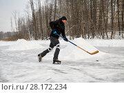 Купить «Alone hockey player at outdoor skating rink», фото № 28172234, снято 21 января 2016 г. (c) Losevsky Pavel / Фотобанк Лори
