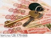 Купить «Купля-продажа недвижимости. Ключи от квартиры лежат на пятитысячных банкнотах. Крупный план», эксклюзивное фото № 28179666, снято 5 марта 2018 г. (c) Игорь Низов / Фотобанк Лори