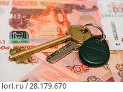 Купить «Купля-продажа недвижимости. Связка ключей от дома лежат на российских деньгах. Крупный план», эксклюзивное фото № 28179670, снято 5 марта 2018 г. (c) Игорь Низов / Фотобанк Лори