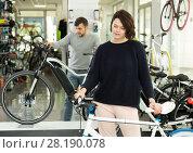 Купить «man and woman choosing sport bike», фото № 28190078, снято 8 января 2018 г. (c) Яков Филимонов / Фотобанк Лори