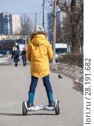 Купить «Ребенок на гироскутере, вид сзади», фото № 28191682, снято 17 марта 2018 г. (c) Кекяляйнен Андрей / Фотобанк Лори