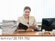 Купить «Доброжелательная девушка за столом», фото № 28191702, снято 8 марта 2011 г. (c) Кекяляйнен Андрей / Фотобанк Лори