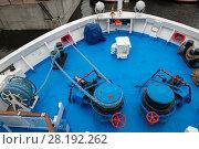 Купить «Корабль пришвартован. Якорная лебедка с веревкой на носу корабля», фото № 28192262, снято 23 августа 2017 г. (c) Pukhov K / Фотобанк Лори