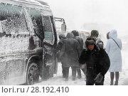 Купить «Пассажиры садятся в автобус во время метели», фото № 28192410, снято 26 декабря 2017 г. (c) А. А. Пирагис / Фотобанк Лори