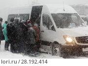 Купить «Пассажиры садятся в маршрутку во время метели», фото № 28192414, снято 26 декабря 2017 г. (c) А. А. Пирагис / Фотобанк Лори