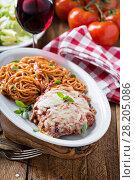 Купить «Veal Parmigiana with spaghetti», фото № 28205086, снято 14 марта 2018 г. (c) Елена Веселова / Фотобанк Лори