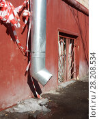 Купить «Водосточная труба и полуокно цокольного эатажа шестиэтажного кирпичного жилго дома. Улица Куусинена, 7, корпус 1. Хорошевский район. Город Москва», эксклюзивное фото № 28208534, снято 20 марта 2018 г. (c) lana1501 / Фотобанк Лори