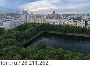 Купить «Patriarshiye Ponds in green park in city center in evening, Moscow, Russia», фото № 28211262, снято 5 июля 2016 г. (c) Losevsky Pavel / Фотобанк Лори