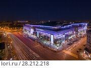 Купить «MOSCOW, RUSSIA - JUN 10, 2016: Big illuminated shopping center European and roads at night», фото № 28212218, снято 10 июня 2016 г. (c) Losevsky Pavel / Фотобанк Лори