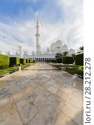 Купить «ABU DHABI, UAE - JAN 18, 2017: Garden and Sheikh Zayed Mosque is one of six largest mosques in world, mosque was officially opened in 2007», фото № 28212278, снято 18 января 2017 г. (c) Losevsky Pavel / Фотобанк Лори