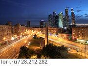 Купить «MOSCOW - JUN 6, 2015: Intersection of Kutuzov Avenue and Big Dorogomilovskaya street in evening. Monument Moscow Hero-city is located at this intersection», фото № 28212282, снято 6 июня 2015 г. (c) Losevsky Pavel / Фотобанк Лори