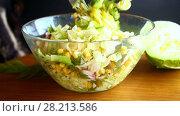 Fresh salad of young cabbage with sweet corn. Стоковое видео, видеограф Peredniankina / Фотобанк Лори