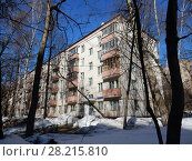 Купить «Пятиэтажный четырёхподъездный кирпичный жилой дом серии I-511, построен в 1958 году. Улица Куусинена, 6 корпус 7. Хорошевский район. Город Москва», эксклюзивное фото № 28215810, снято 20 марта 2018 г. (c) lana1501 / Фотобанк Лори