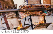 Купить «Whole bull carcass fried on spit on Medieval Fiesta in Besalu, Spain», видеоролик № 28216970, снято 27 сентября 2017 г. (c) Яков Филимонов / Фотобанк Лори