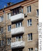 Купить «Пятиэтажный четырёхподъездный кирпичный жилой дом серии I-511, построен в 1958 году. Улица Куусинена, 6 корпус 5. Хорошевский район. Город Москва», эксклюзивное фото № 28219322, снято 20 марта 2018 г. (c) lana1501 / Фотобанк Лори