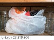 Купить «Белый пакет с пакетами на полке», фото № 28219906, снято 24 марта 2018 г. (c) Терешко Сергей / Фотобанк Лори
