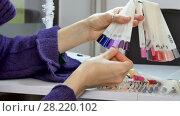 Купить «Woman Hands with Natural Manicure and Short Nails Choosing Ultraviolet Nail Sample from Palette», видеоролик № 28220102, снято 10 марта 2018 г. (c) Ольга Балынская / Фотобанк Лори