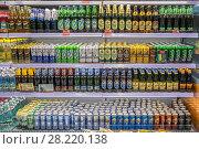 Купить «Различные сорта пива на витрине винного магазина», фото № 28220138, снято 23 марта 2018 г. (c) Владимир Сергеев / Фотобанк Лори