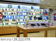 Купить «Moscow, Russia - March 17. 2018. Showcase with various cell phones in shop Trade In», фото № 28222078, снято 17 марта 2018 г. (c) Володина Ольга / Фотобанк Лори