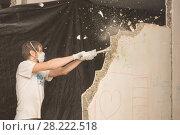 Купить «Молодой человек ломает молотком перегородку в квартире», фото № 28222518, снято 22 октября 2019 г. (c) Иванов Алексей / Фотобанк Лори