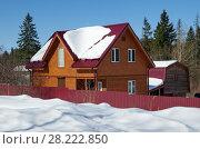 Купить «Новый деревянный дачный дом зимой», фото № 28222850, снято 24 марта 2018 г. (c) Елена Коромыслова / Фотобанк Лори