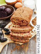 Купить «Beetroot pie with prunes and cocoa powder», фото № 28224162, снято 7 февраля 2018 г. (c) Надежда Мишкова / Фотобанк Лори