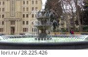 Купить «Работающий городской фонтан крупным планом пасмурным декабрьским днем. Баку, Азербайджан», видеоролик № 28225426, снято 30 декабря 2017 г. (c) Виктор Карасев / Фотобанк Лори